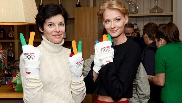 Актрисы Мария Семкина и Светлана Ходченкова перед началом показа фильма Чемпионы в Москве