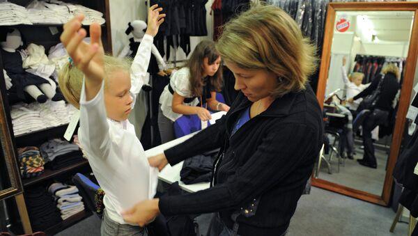 Мама выбирает одежду для дочери. Архивное фото