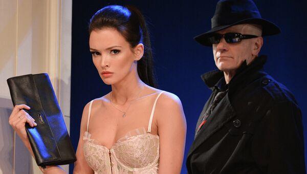 Паулина Андреева (Джейн Уорзингтон) и Леонид Тимцуник (Тело мужское) в сцене из спектакля №13