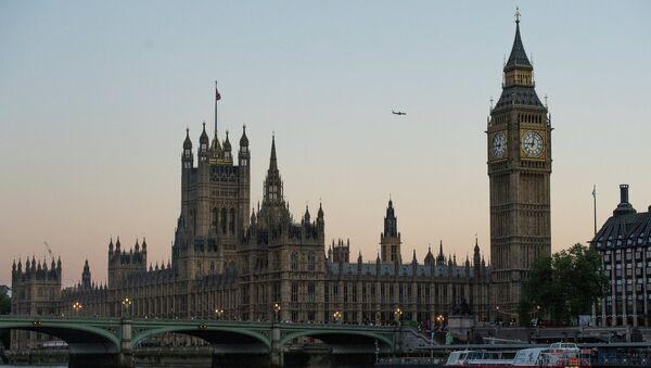 Вестминстерское Аббатство и Биг Бен (слева направо) со стороны реки Темза в Лондоне