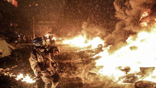 Митингующие жгут покрышки на улице Грушевского в Киеве.