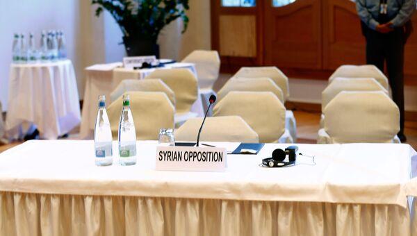 Подготовленный стол для сирийской оппозиции во время мирных переговоров, архивное фото 22 января 2014.