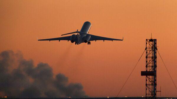 Самолет взлетает из аэропорта. Архивное фото.