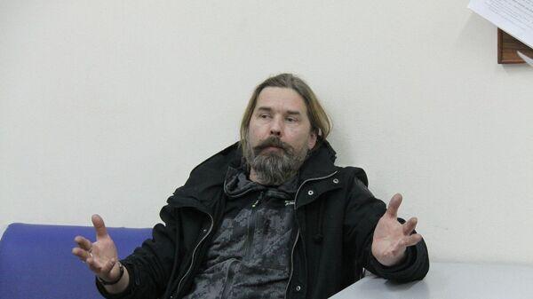 Музыкант Сергей Паук Троицкий в дежурной части линейного отдела полиции в новосибирском аэропорту Толмачево