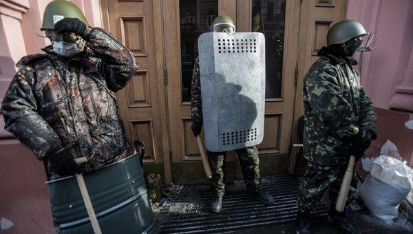 Сторонники оппозиции у входа в захваченное протестующими здание Министерства юстиции Украины. Архивное фото