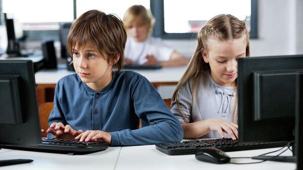 Школьники за компьютерами. Архивное фото