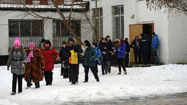 Учащиеся московской школы № 263, куда проник вооруженный старшеклассник