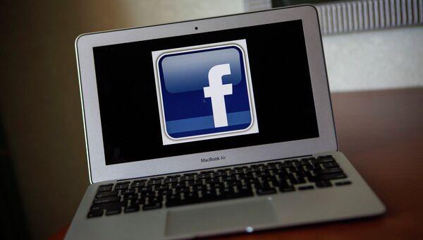 Компьютер с открытой страницей facebook. Архивное фото