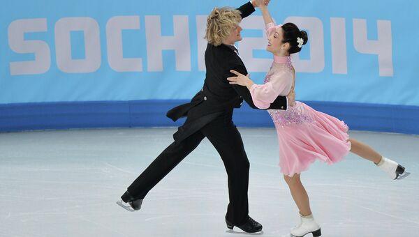 Мерил Дэвис и Чарли Уайт ( США) выступают в короткой программе танцев на льду командных соревнований по фигурному катанию