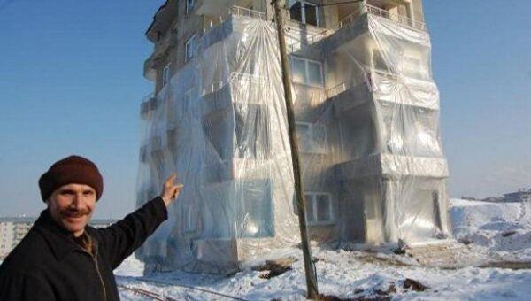 Житель турецкого города накрыл три этажа пятиэтажного дома нейлоном, спасаясь от холода. Архивное фото