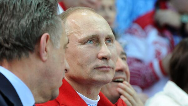 Президент России Владимир Путин (в центре) на XXII зимних Олимпийских играх в Сочи. Архивное фото