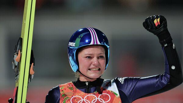 Карина Фогт (Германия) радутеся победе в финале индивидуальных соревнований по прыжкам со среднего трамплина (К-95) среди женщин