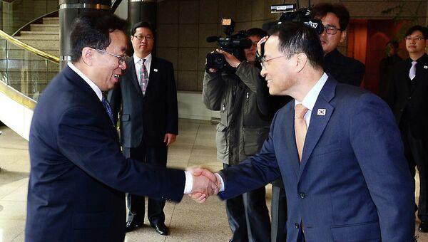 Переговоры между делегациями КНДР и Южной Кореи в пограничном пункте Пханмунчжом. Фото с места события