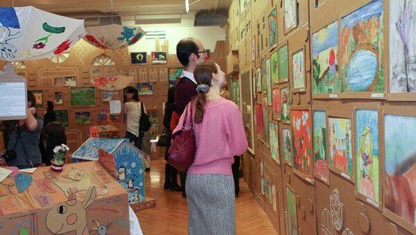 Выставка творчества подопечных благотворительного фонда Подари жизнь. Архив