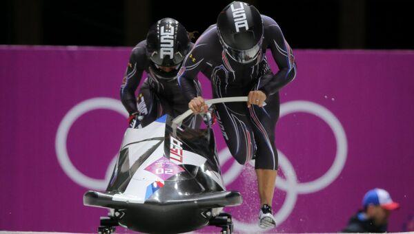 Элана Майерс и Лорин Уильямс (США) на старте в третьем заезде двоек на соревнованиях по бобслею среди женщин на XXII зимних Олимпийских играх в Сочи. Фото с места события