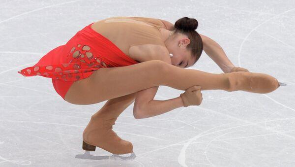 Аделина Сотникова (Россия) выступает в короткой программе женского одиночного катания на соревнованиях по фигурному катанию. Фото с места события