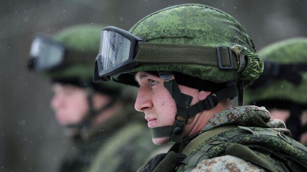 Военнослужащие демонстрируют боевую экипировку Ратник. Архивное фото