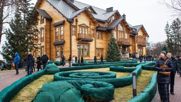 Люди гуляют по территории оставленной резиденции президента Украины Виктора Януковича Межигорье под Киевом. Архивное фото