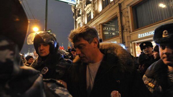 Сотрудники полиции задерживают Бориса Немцова. Архивное фото