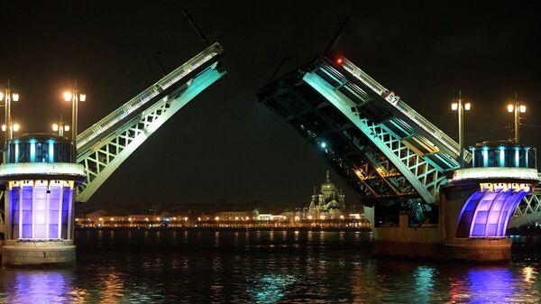 Разведенный Благовещенский мост в Санкт-Петербурге.