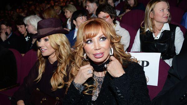 Белорусская певица Анжелика Агурбаш и российская поп-певица Маша Распутина перед началом мюзикла CHICAGO