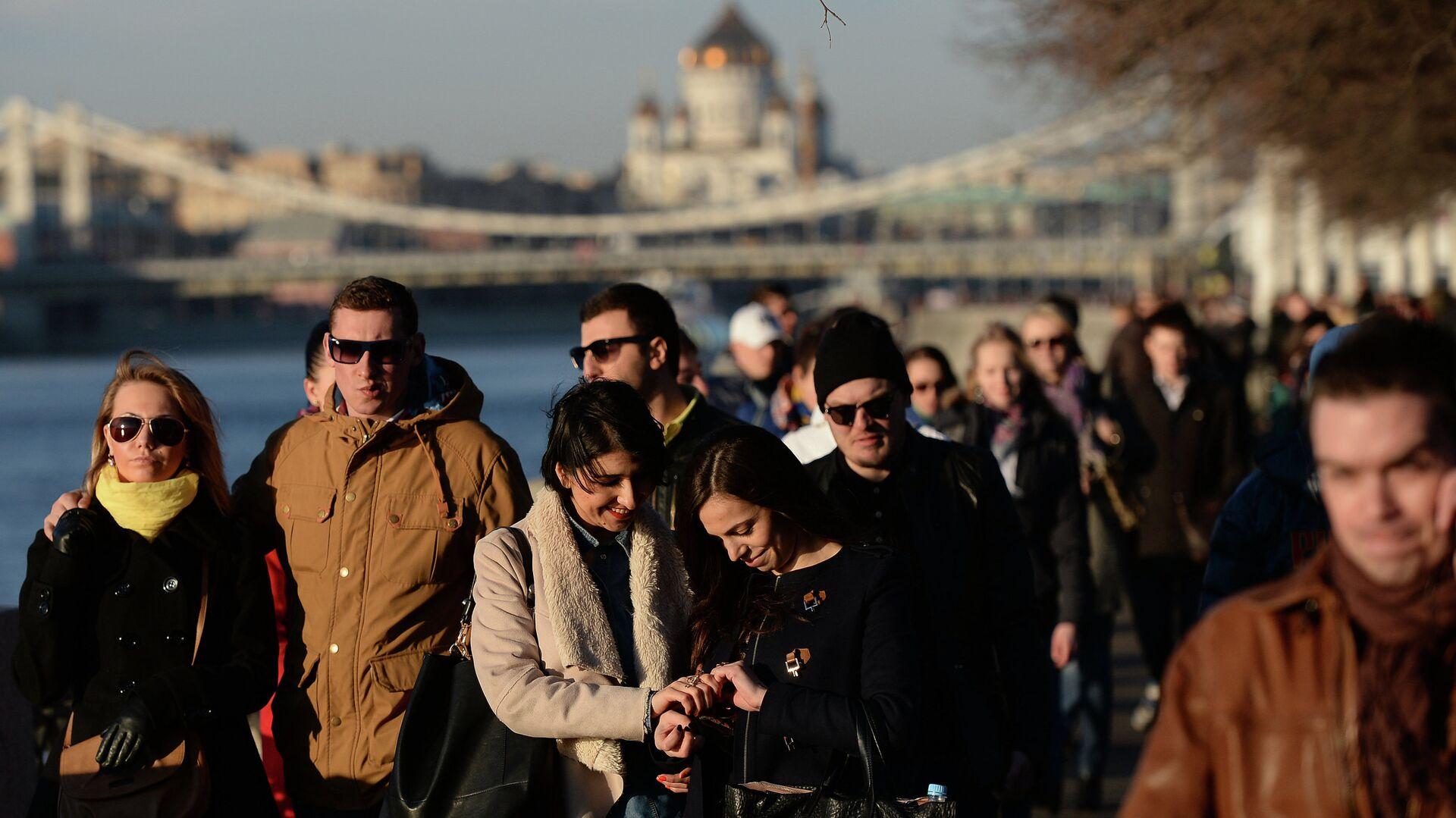 Жители столицы во время прогулки по городу - РИА Новости, 1920, 08.02.2021