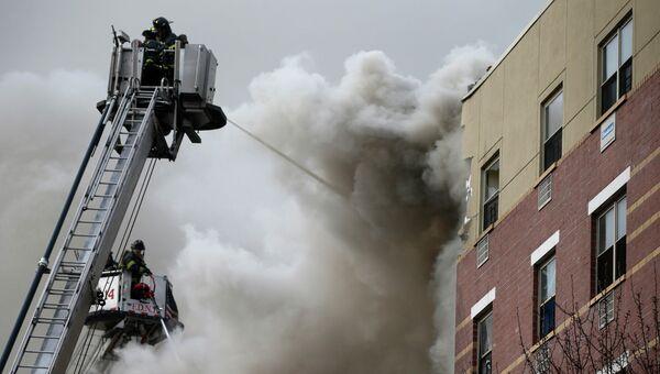 Пожарные пытаются потушить возгорание на месте взрыва в Нью-Йорке