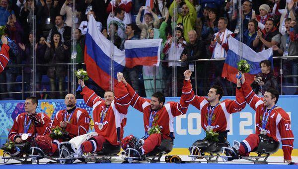 Игроки сборной России, завоевавшие серебряные медали на соревнованиях по следж-хоккею на XI зимних Паралимпийских играх в Сочи, во время медальной церемонии.