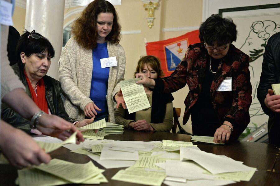 Подсчет голосов по итогам референдума о статусе Крыма. Фото с места событий