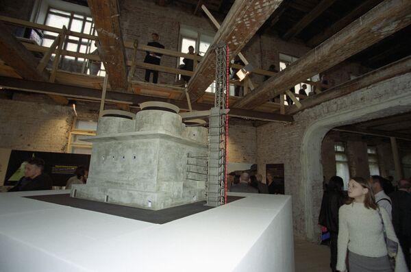Циклопическая башня-бункер для зенитного огня времен Второй мировой войны на выставке Дар небес. САТ Contemporary Art Tower в Москве