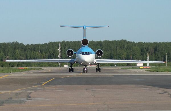Самолет Як-42Д в аэропорту Стригино