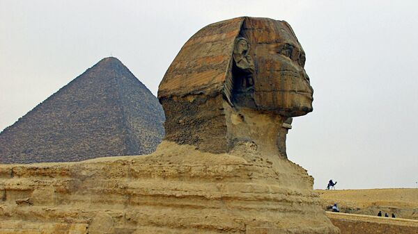 Сфинкс и пирамида Хеопса в Долине Гиза в Египте