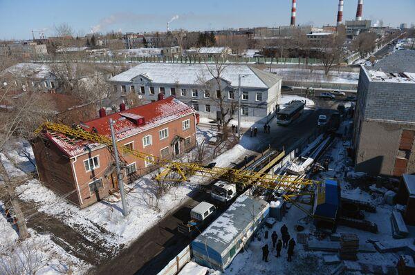 В Омске башенный кран упал на жилой дом