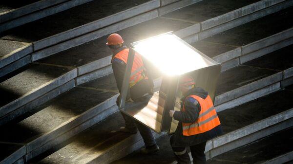 Рабочие на реконструкции стадиона