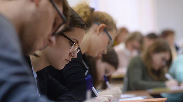 Участники ежегодной акции по проверке грамотности Тотальный диктант-2016 в аудитории Высшей школы экономики.