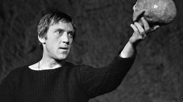 Актер Владимир Высоцкий в роли Гамлета