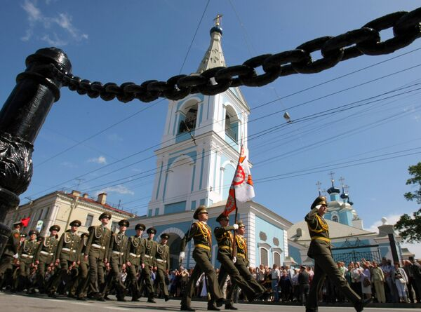 Военнослужащие идут мимо Сампсониевского собора