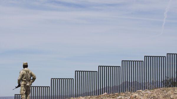 Стена на границе Мексики и США. Архивное фото