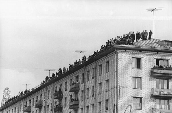 Москвичи на крышах в день встречи Гагарина