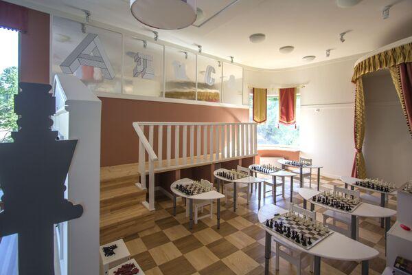 У детского сада оригинальная концепция, подразумевающая здание с бассейном, спортзалом и оборудованной территорией.