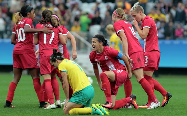 Футболистки олимпийской сборной Канады радуются победе