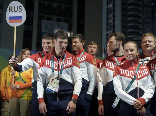 Спортсмены Олимпийской сборной России на торжественной церемонии поднятия флагов в Олимпийской деревне