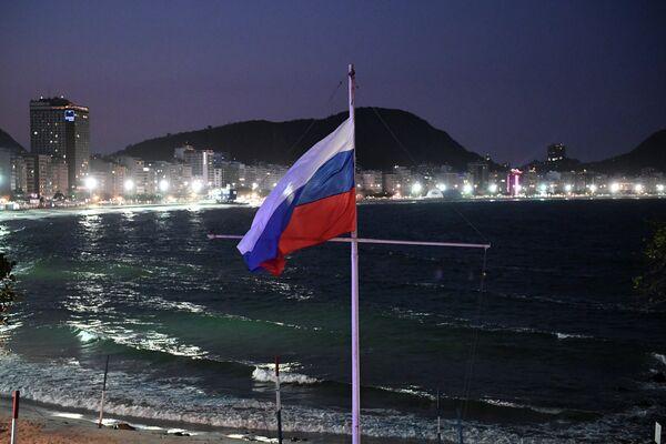 Поднятие российского флага на открытии дома болельщиков олимпийской сборной России в Рио-де-Жанейро