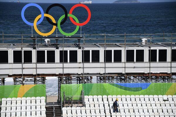 Олимпийские кольца на фоне строительства Арены пляжного волейбола в Рио-де-Жанейро