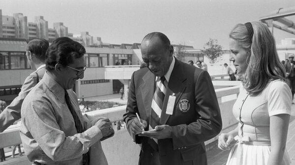 Четырехкратный олимпийский чемпион летних Олимпийских игр 1936 года в Берлине Джесси Оуэнс