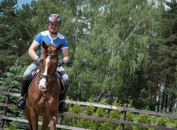 Российский троеборец Андрей Митин, выступающий с лошадью Гюрзой