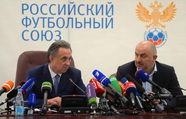 Министр спорта РФ, президент РФС Виталий Мутко (слева) и футбольный тренер Станислав Черчесов