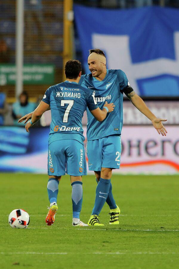 Футболисты Зенита Жулиано (слева) и Хави Гарсия