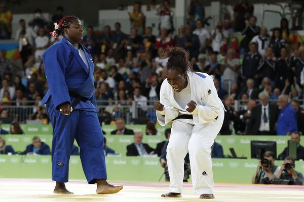 Французская дзюдоистка Эмили Андеоль (справа)