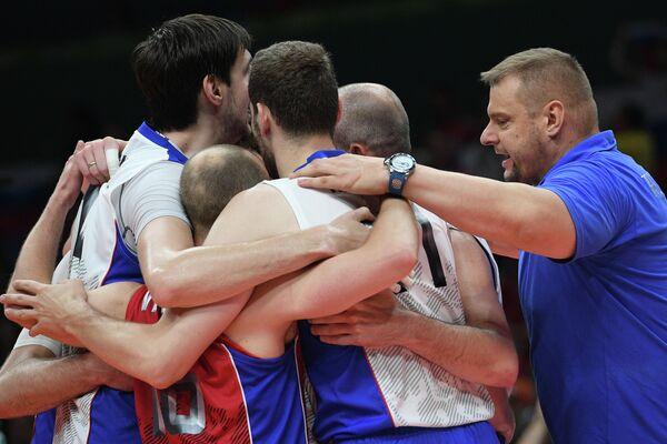 Волейболисты сборной России и Владимир Алекно (справа)